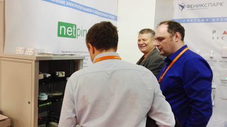 Посетители у стенда с оборудованием NetPing
