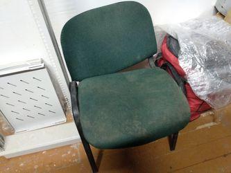 Сломанный стул в серверной