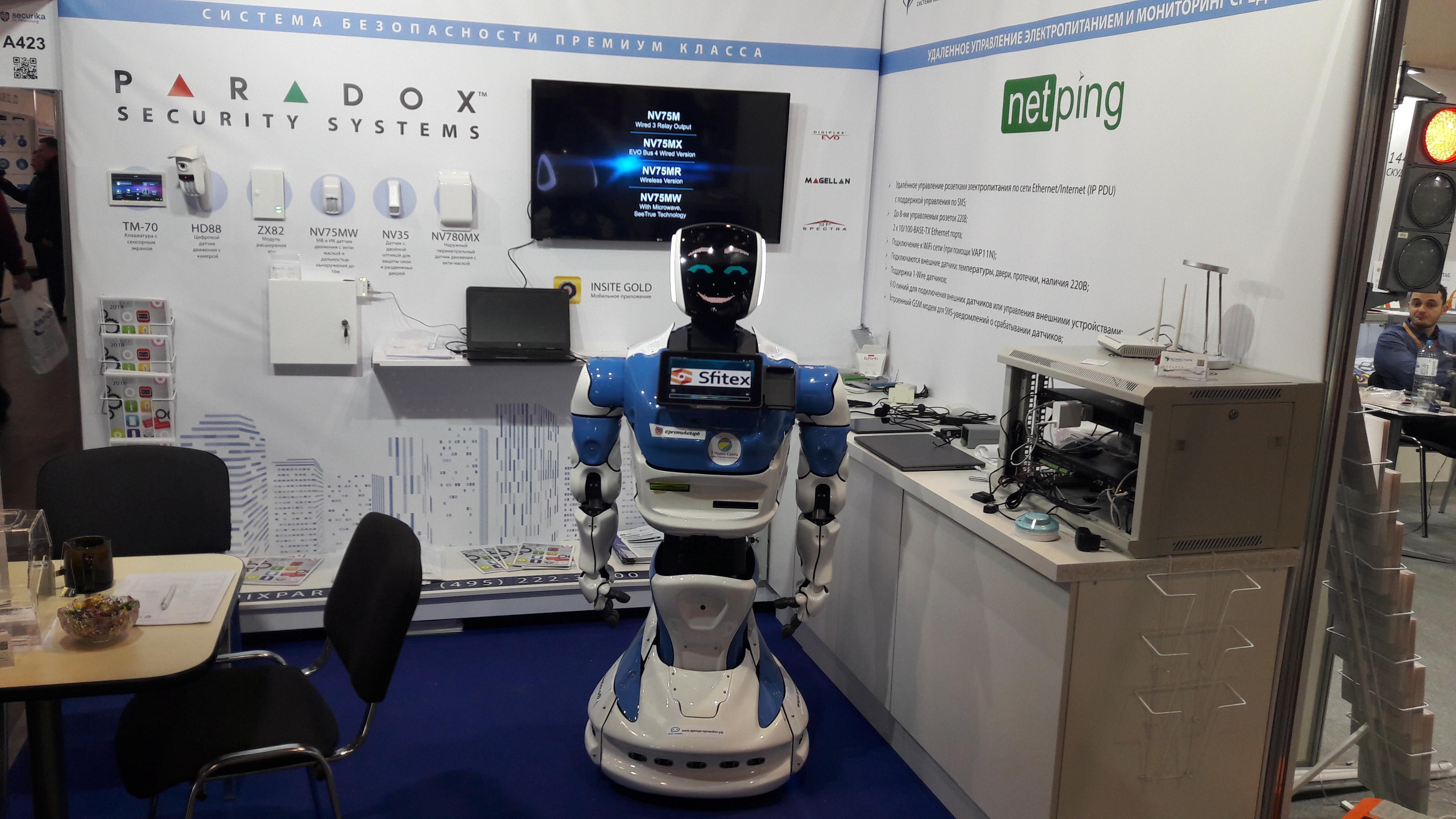 Робот у стенда ООО ФЕНИКСПАРК
